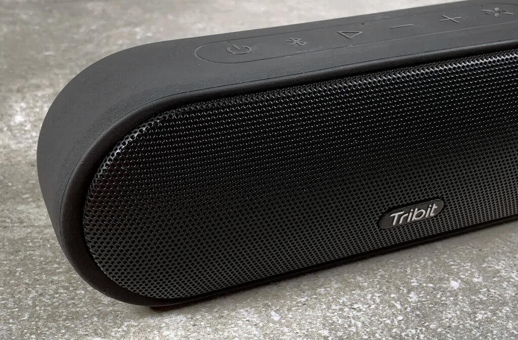 Das Gehäuse des Tribit Lautsprechers ist sehr robust und die Treiber sind mit einem festen Metallgitter vor Beschädigungen geschützt.