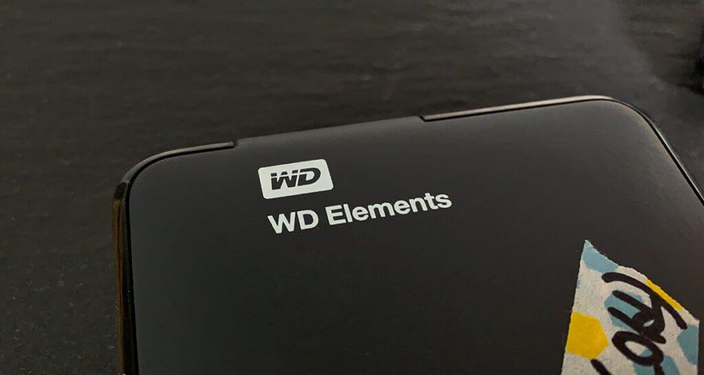 Die WD Elements ist die gut&günstig Linie von Western Digital. Auf dieser sind auch die Backups des Mac meiner Frau seit Jahren zuverlässig gesichert (Foto: Sir Apfelot).