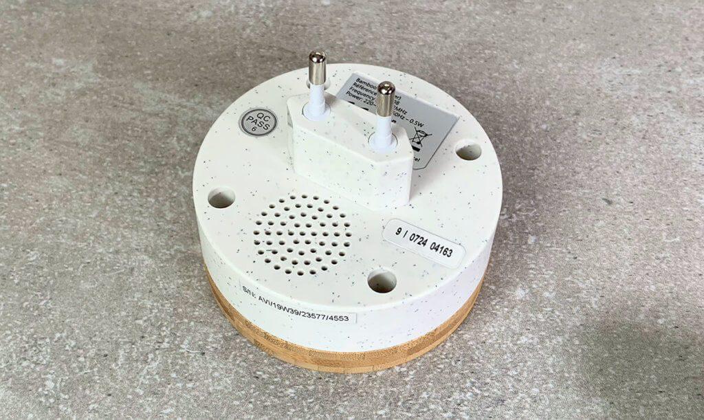 Der Lautsprecher ist auf der Rückseite angebracht und schafft bis zu 88 dB Lautstärke.