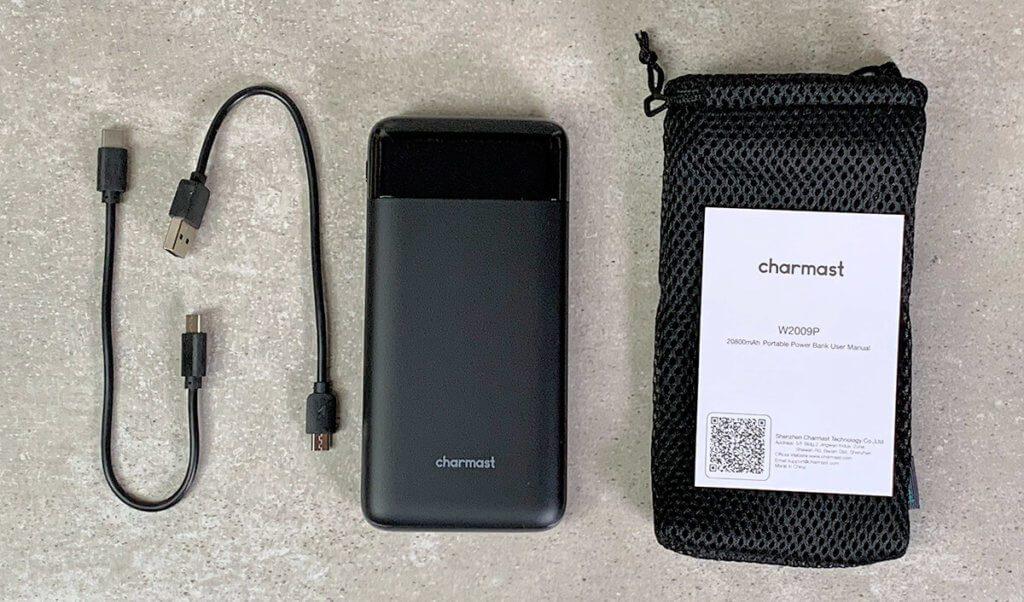 Neben der Charmast Powerbank befinden sich noch ein USB-C- und ein Micro-USB-Ladekabel sowie eine Netztasche für den Transport im Lieferumfang (Fotos: Sir Apfelot).