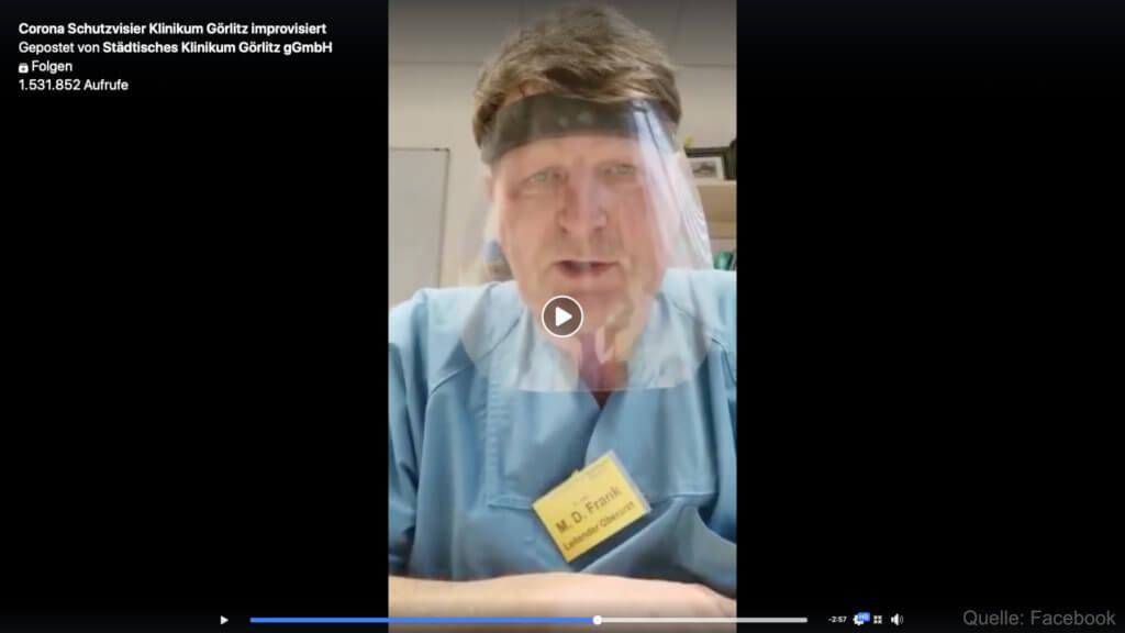 Der improvisierte Gesichtsschutz als Visier aus Laminierfolie hilft, das Coronavirus fernzuhalten, wenn es in Tröpfchen auf einen zukommt.