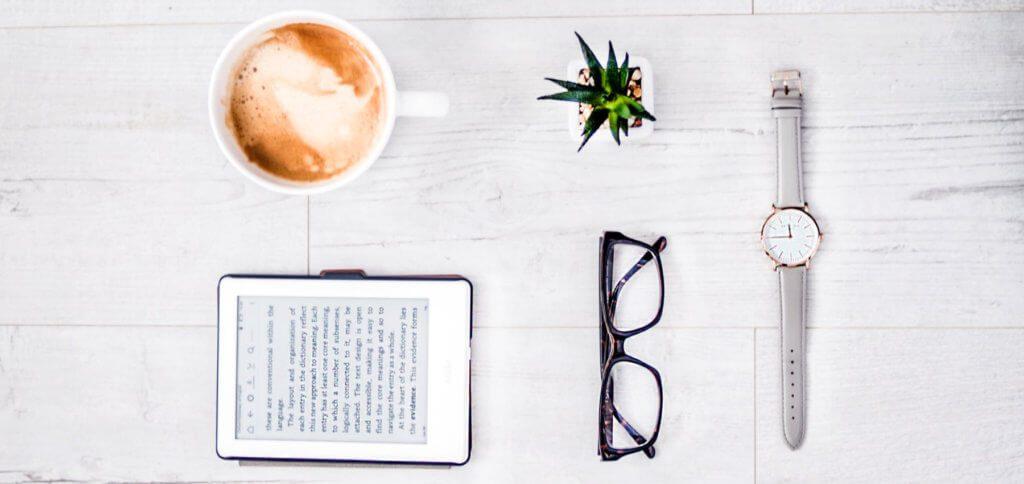 Gemütlich ein eBook lesen, mit den Kindern was Neues lernen oder frische Rezepte entdecken – Amazon bietet jetzt Gratis-Bücher für den Kindle-Reader und die Kindle App an. So kommt ihr besser durch die Corona-Isolation.
