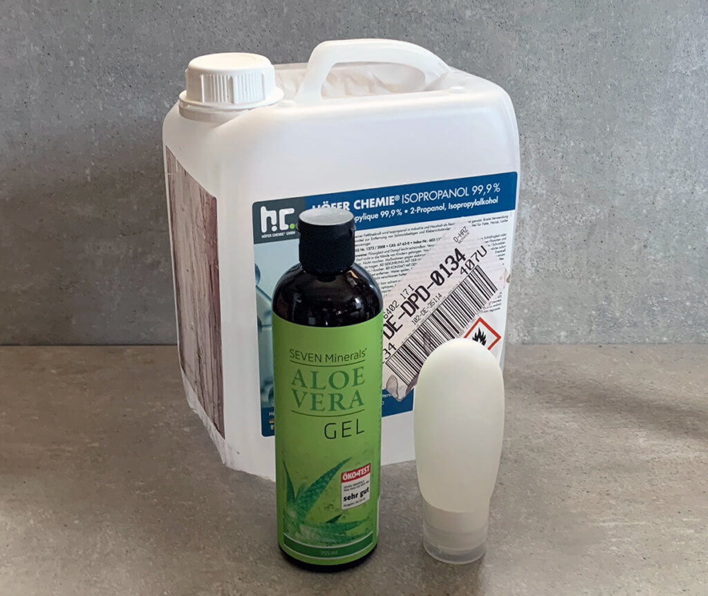 Die Zutaten für das Handdesinfektions-Rezept: Isopropanol, Aloe Vera und eine Silikon-Reisetube (Fotos: Sir Apfelot).