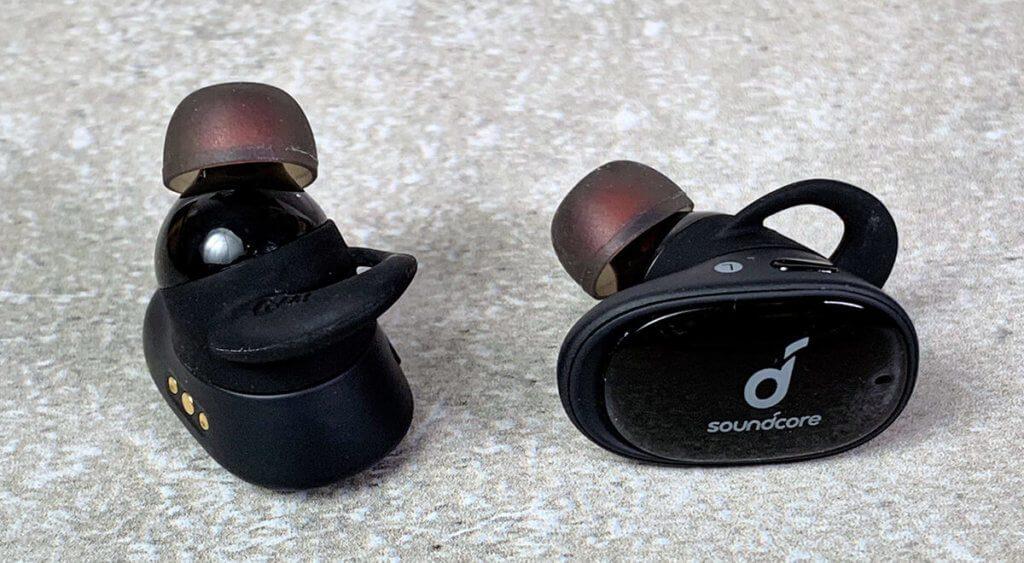 Oben auf dem rechten Ohrhörer erkennt man den kleinen Taster, über den die Kopfhörer bedient werden.
