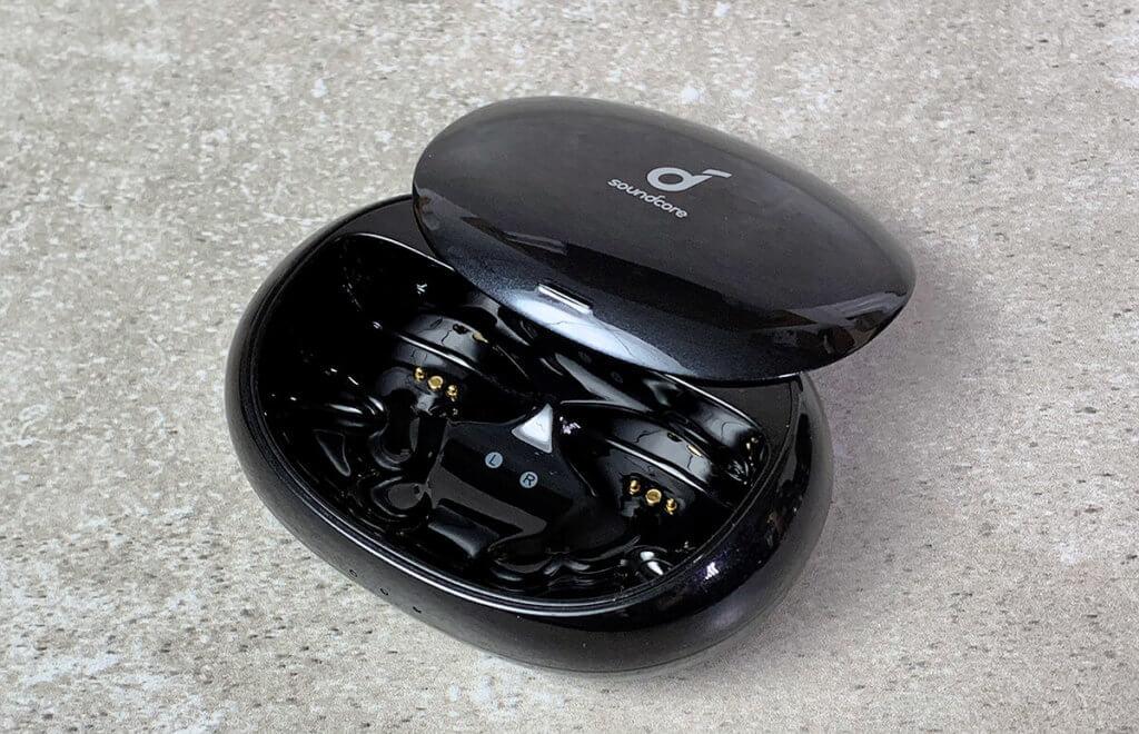 Das Ladecase ist klein gehalten und aus dem Grund nicht als Powerbank zu benutzen. Trotzdem hat es genug Power, um die Ohrhörer mehrfach aufzuladen.