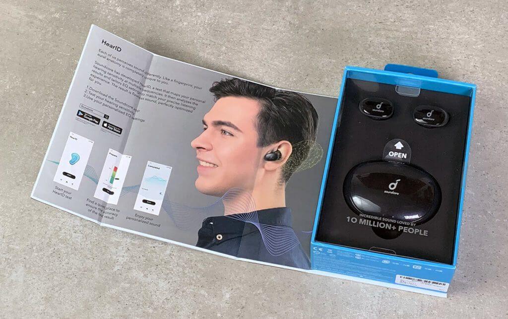 Auf der Innenseite der Packung ist das Feature HearID erklärt – eine Anpassung der In-Ear-Kopfhörer an das eigene Gehör, um den Klang zu individualisieren.