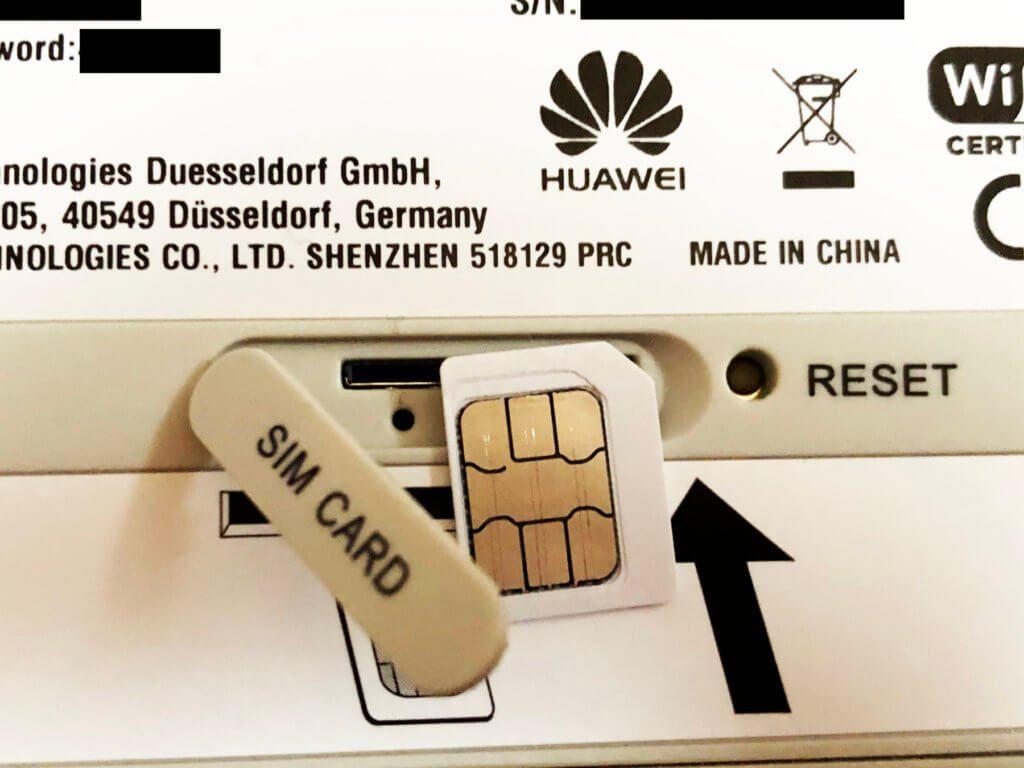 """Die SIM-Karte in der Größe """"Micro-SIM"""" wird auf der Unterseite eingesteckt."""
