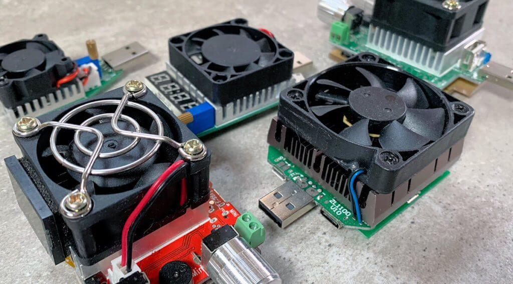 Ein kleiner Auszug meiner USB Lastwiderstände, die meistens mit USB-A Stecker ausgestattet sind aber teilweise auch Micro-USB, USB Type-C oder sogar Lightning-Buchsen haben (Fotos: Sir Apfelot).