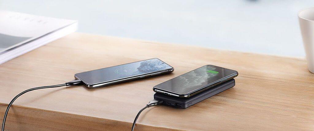 Gleichzeitig Geräte per Qi-Ladefläche und USB-A-Anschluss laden ist kein Problem. Die kabellose Funktion kann dank Pass-Through auch genutzt werden während die Powerbank selber per USB-C aufgeladen wird.