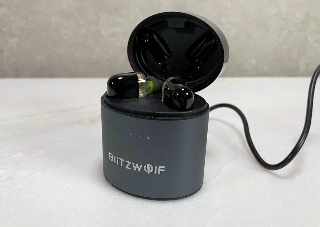 Die Aufbewahrungsbox ist gleichzeitig ein Akkucase und lädt die BlitzWolf Kopfhörer bis zu 4 mal vollständig auf.