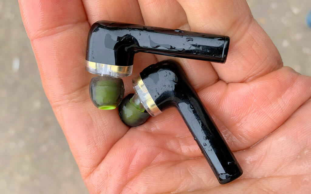 Mit feuchten Händen ist die Bedienung der BlitzWolf In-Ear-Kopfhörer fast unmöglich – aber immerhin sind sie geschützt gegen Regen oder Schweiß.