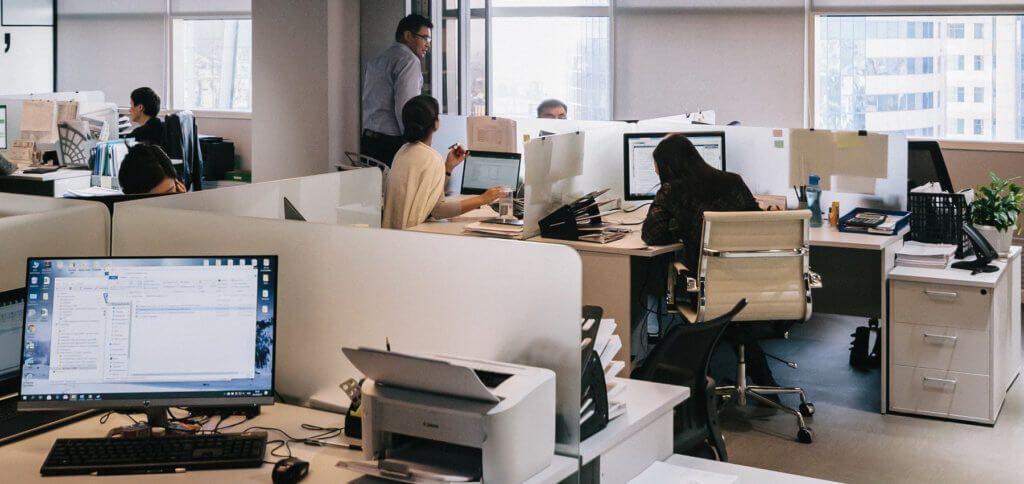 Für eine sichere Digitalisierung im Unternehmen braucht es eine gute IT-Ableitung, smarte Zugriffsrechte und geschulte Mitarbeiter/innen. Weitere Details findet ihr in diesem Beitrag.