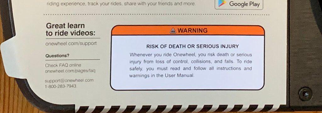 Auf das Risiko von Tod und schweren Verletzungen wird schon auf der Verpackung hingewiesen – mit einem Aufkleber, den man entfernen muss, bevor man das Onewheel nutzen kann (Foto: Sir Apfelot).