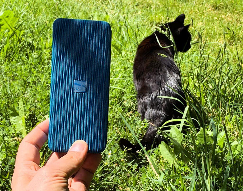 Der Pocket Kick ist fast so groß wie unsere Katze!? Nicht wirklich… aber – wie die Katze auch – für den Einsatz im Garten geeignet.
