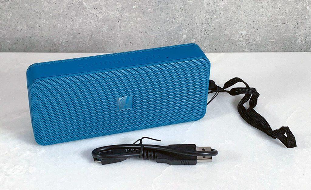 Im Lieferumfang des Soundfreaq Pocket Kick ist neben dem Lautsprecher selbst auch ein Micro-USB Ladekabel und eine Handschlaufe zu finden (Fotos: Sir Apfelot).