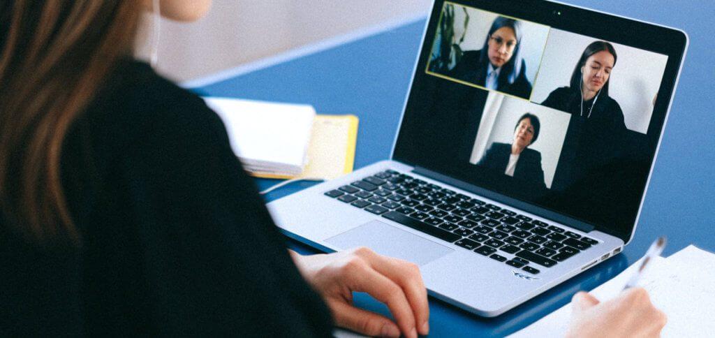 Das Smartphone als Webcam verwenden, das geht gratis mit EpocCam. Die App lässt euch die iPhone-Kamera oder die Smartphonekamera vom Android-Handy an Mac und PC nutzen.