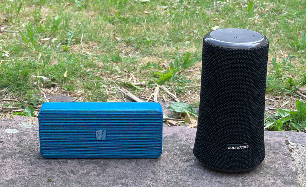 Links der Soundfreaq Pocket Kick und rechts der Soundcore Flare 2 – ein nicht ganz fairer Vergleich, wenn man die Größe betrachtet (Fotos: Sir Apfelot).