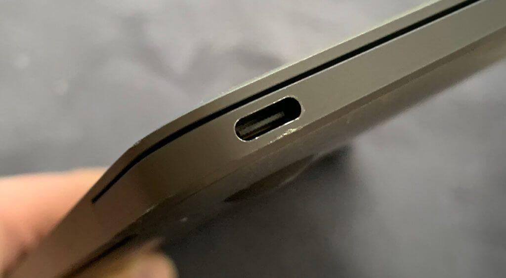 Der USB Typ C Anschluss des 12 Zoll Apple MacBook hat die Spezifikation USB 3.1 Gen 1 und schafft bis zu 10 GBit/s (Foto: Sir Apfelot).