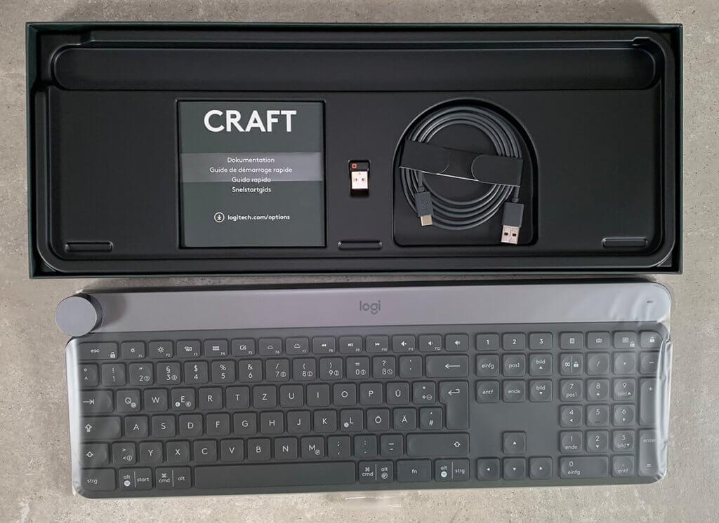 Im Lieferumfang findet man neben der Craft noch ein USB-C-Ladekabel, den Unifying Adapter sowie die Quickstart-Anleitung.