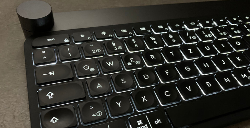 Die Tastaturbeleuchtung der Logitech Craft reagiert auf die Annäherung der Hände und schaltet sich ein bzw. wieder aus, wenn man seine Hände weg bewegt.