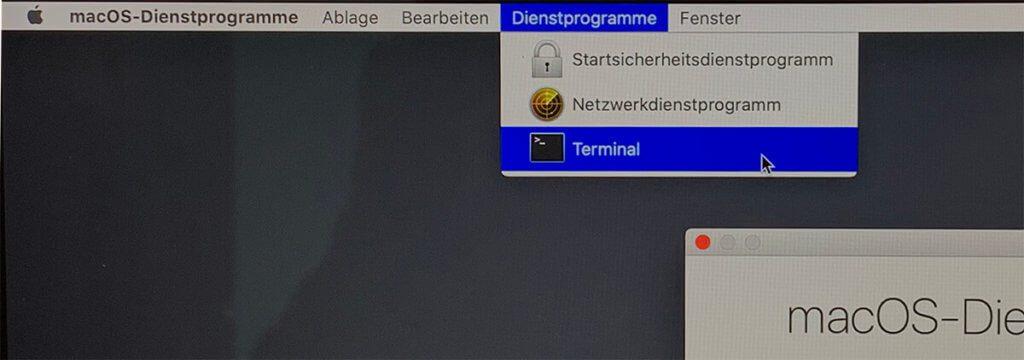 """Das Terminal findet man über das Menü """"Dienstprogramme""""."""