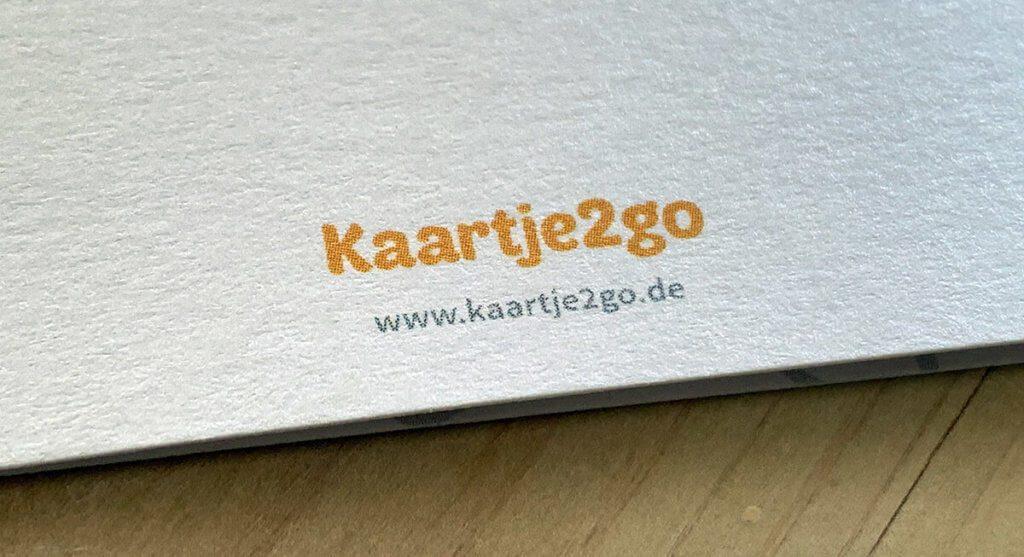 Das Logo des Anbieters wird dezent auf der Rückseite aufgedruckt, aber man kann im Bestellprozess auch angeben, dass man es ausblenden möchte.