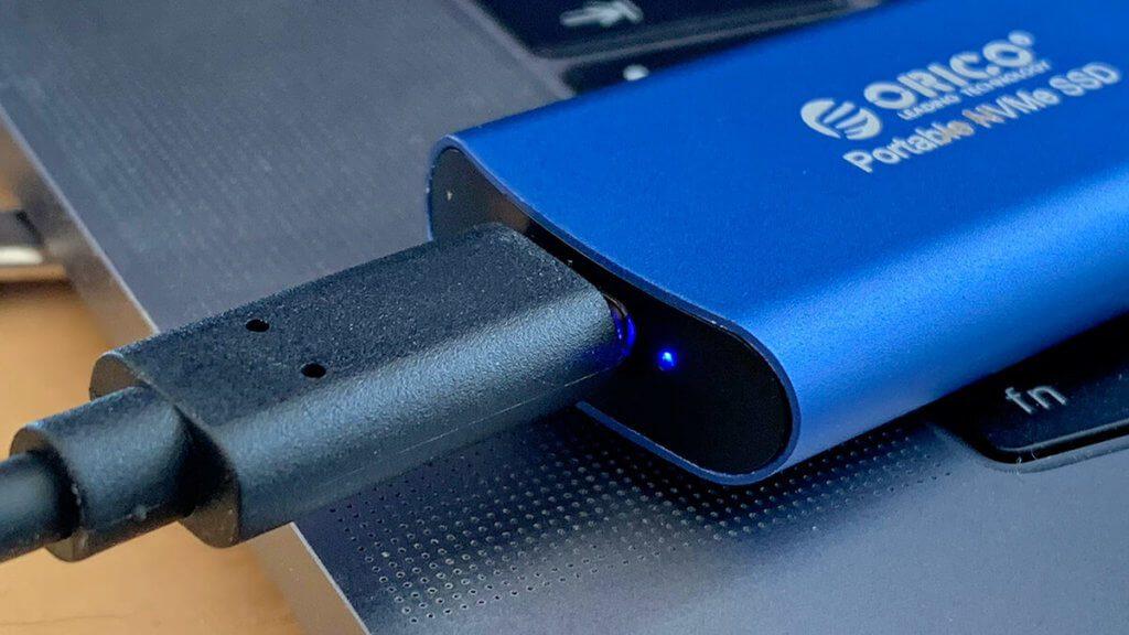 Neben dem USB-C-Anschluss ist eine kleine, blaue Status-LED, die die Betriebsbereitschaft anzeigt.
