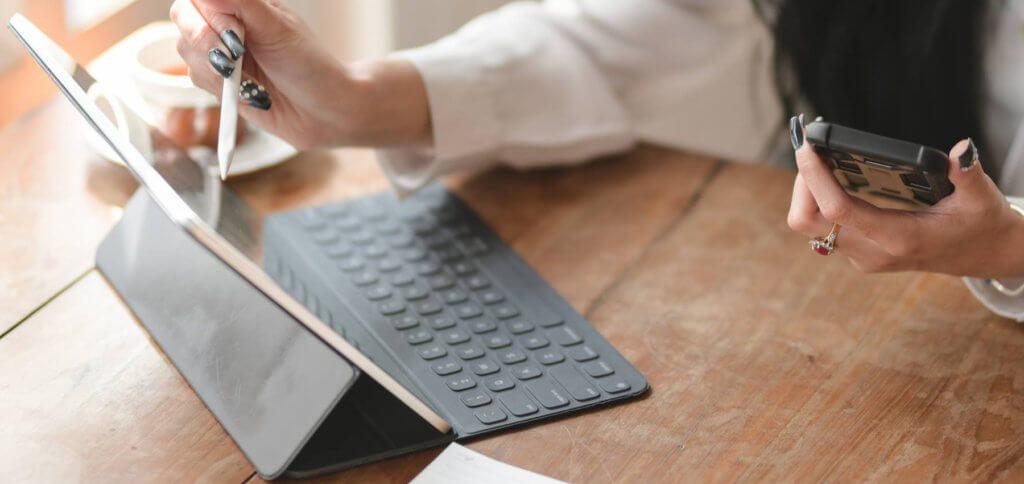 Wie kann man das at-Zeichen an der iPad Bluetooth-Tastatur eingeben? Welche weiteren iPad Shortcuts beschleunigen den Workflow? Hier findet ihr die Antworten!