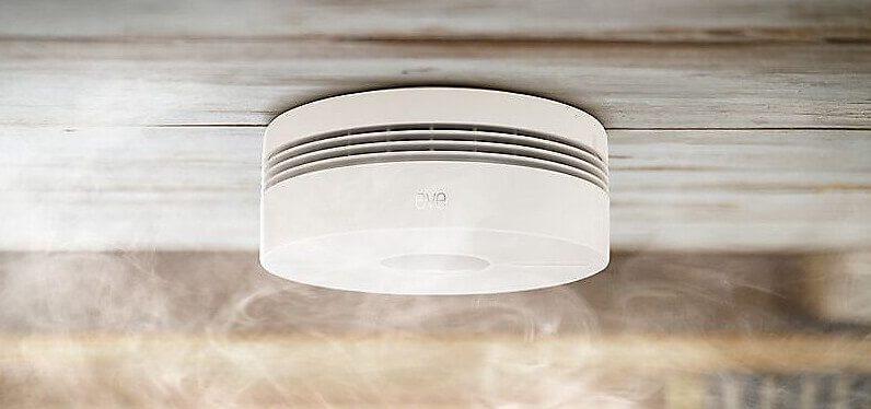 Der Eve Smoke Rauchmelder kann durch seinen zusätzlichen Hitzesensor auch Schwelbrände erkennen und eignet sich dadurch auch für Problem-Räume wie Küche und Bad (Foto: Cyberport).