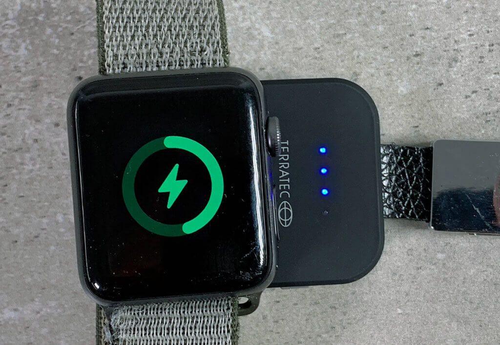 Wenn Not am Mann bzw. an der Frau ist, kann man mit der Terratec Powerbank den Akku der Apple Watch auffrischen. Das geht zwar nicht schnell, aber so bekommt man nebenbei ein bisschen Ladung in die Watch, wo man sonst ohne Ladegerät wäre.