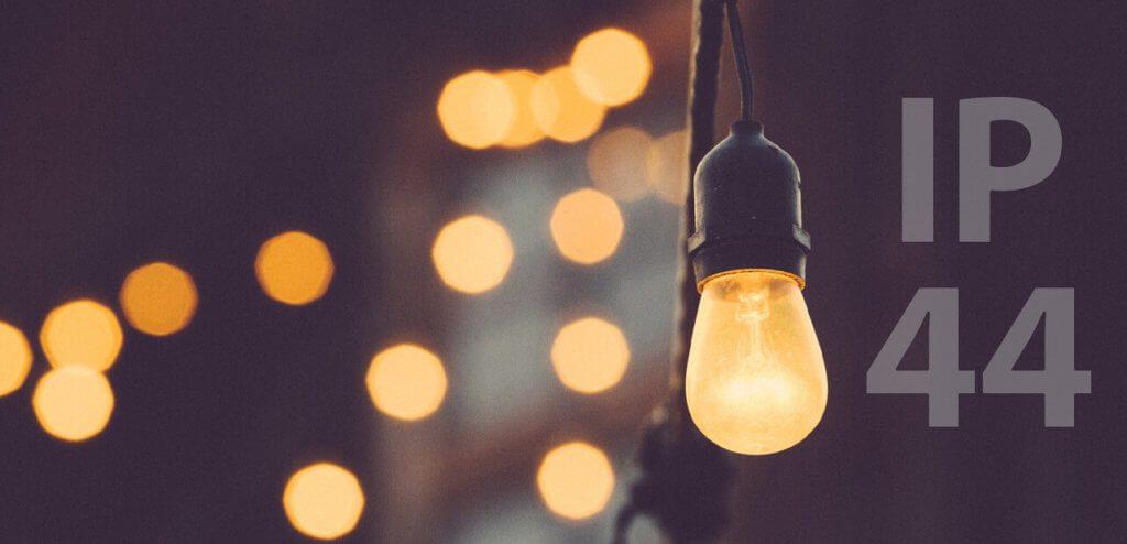 Die Auszeichnung mit der IP44 Klasse findet man häufig bei Beleuchtung, die für den Garten- oder allgemein für den Aussenbereich gedacht ist (Foto: Free-Photos/Pixabay)..