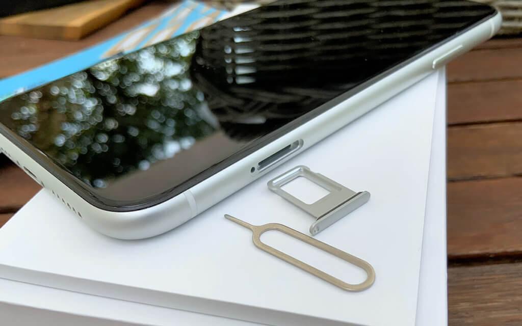 Auch der SIM-Kartenslot sowie das Werkzeug zum Öffnen sind unbeschädigt und ohne Gebrauchsspuren.
