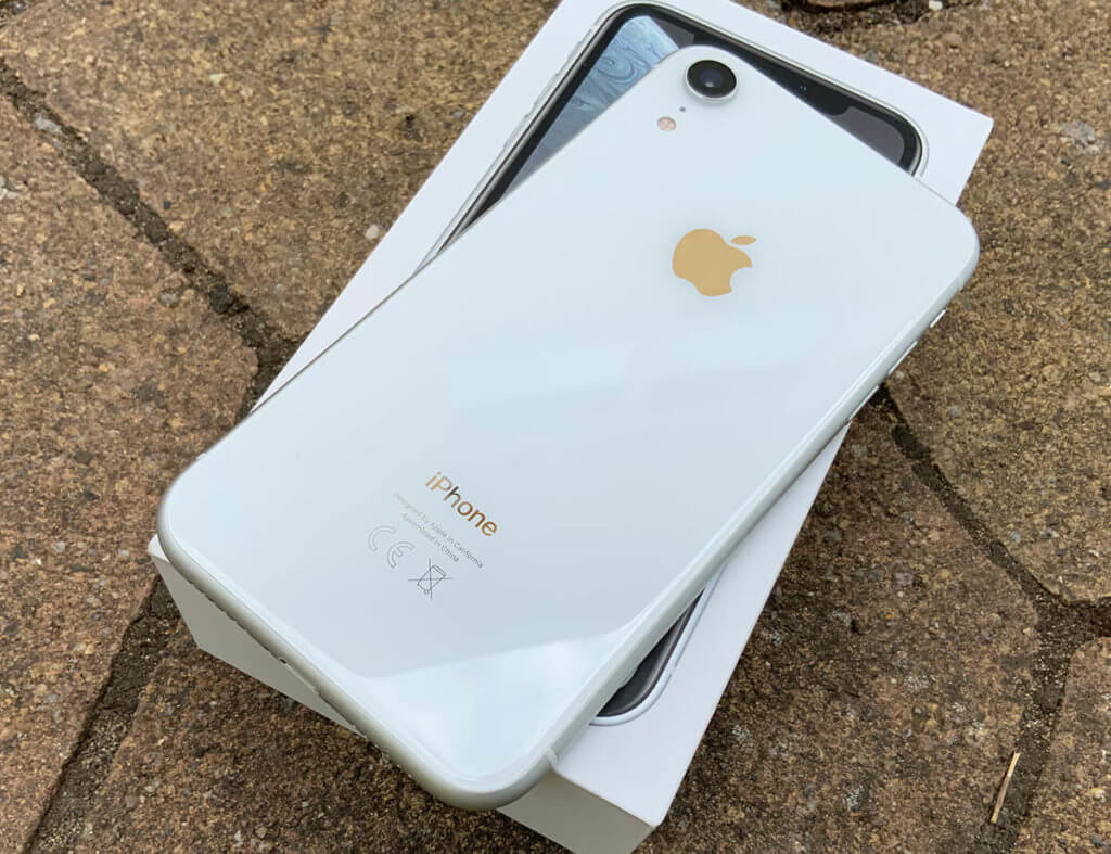 Das iPhone Xr war meine zweite Wahl, denn eigentlich hätte ich lieber das iPhone SE 2020 gekauft, das jedoch ausverkauft war, als ich meinen Einkauf erledigen wollte.