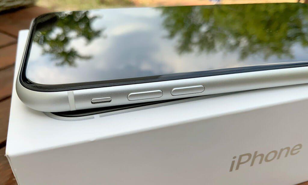 Hier sieht man die Lautstärketasten sowie den Stummschalter. Kratzer auf dem Display würde man in der Spiegelung sehen.