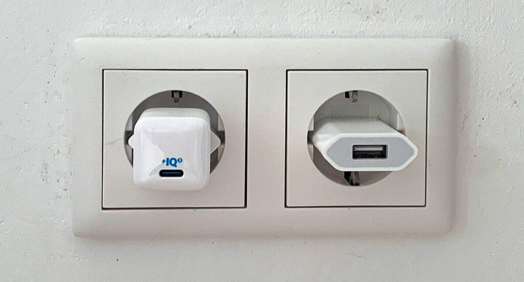 Links der Anker PowerPort III Nano und rechts das altbekannte 5W-Netzteil von Apple (Fotos: Sir Apfelot).
