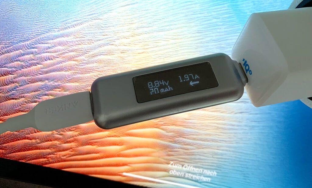 Das iPad Pro 12,9 Zoll aus 2020 kann der PowerPort III Nano noch recht flott laden.