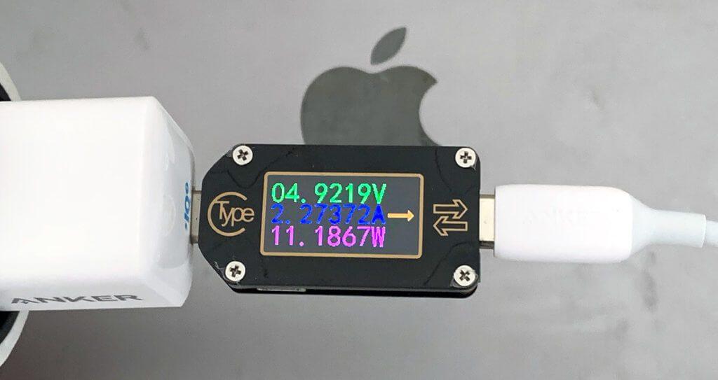 Beim MacBook muss der Anker PowerPort III Nano passen – während ein ausreichend groß dimensioniertes Netzteil das kleine Apple Laptop mit 30 Watt laden kann, schafft das Anker Netzteil nur knapp 11 Watt Leistung.