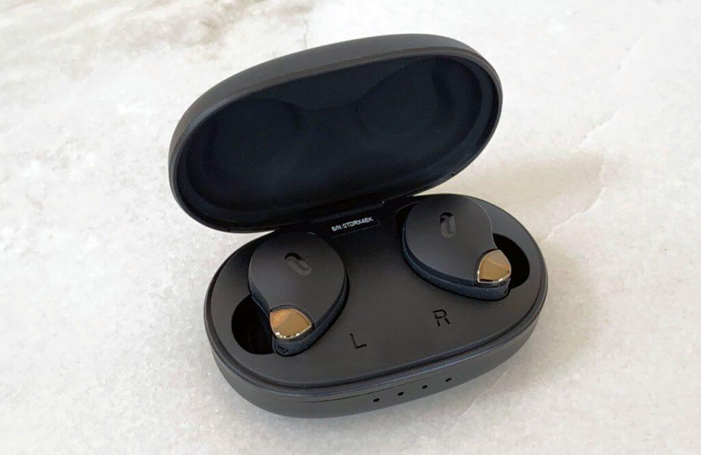 Über die Ladeschale werden die Ohrhörer aufgeladen. Eine Powerbank-Funktion für die Smartphone-Notladung bietet das Case jedoch nicht.
