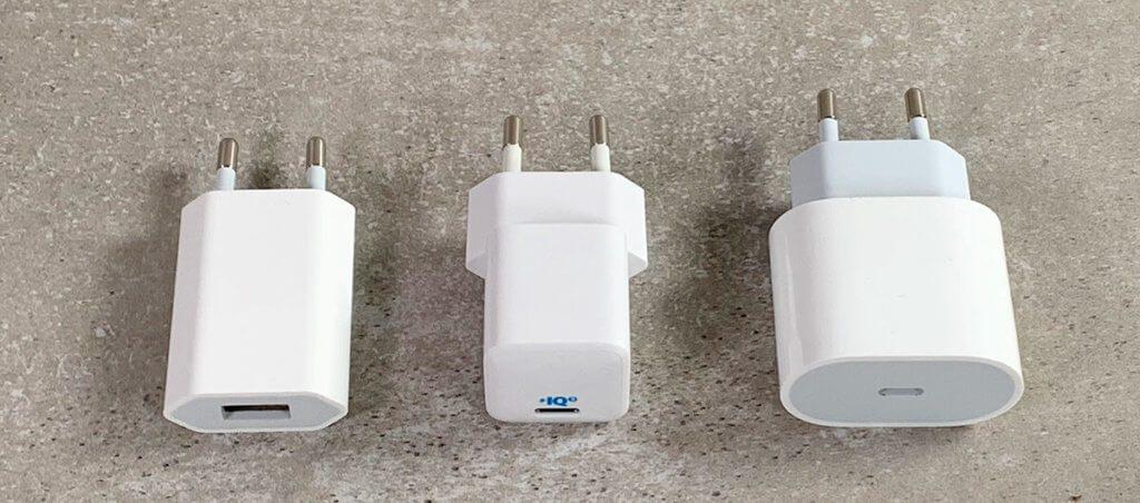 Hier sieht man die Netzteile im Vergleich: Links das 5W-Gerät von Apple, mittig der Anker PowerPort III Nano mit 18 Watt und rechts das 18 Watt USB-C-Netzteil von Apple.