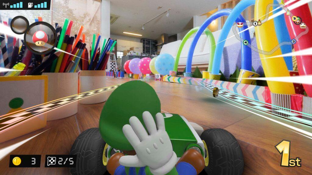 Mario und Luigi fahren in echten, ferngesteuerten Autos durch die Wohnung und liefern ein AR-Bild auf die Nintendo Switch. Mario Kart: Home Circuit ist die nächste Stufe im beliebten Wettrenn-Spiel der Reihe. (Bildquelle: Nintendo.com)