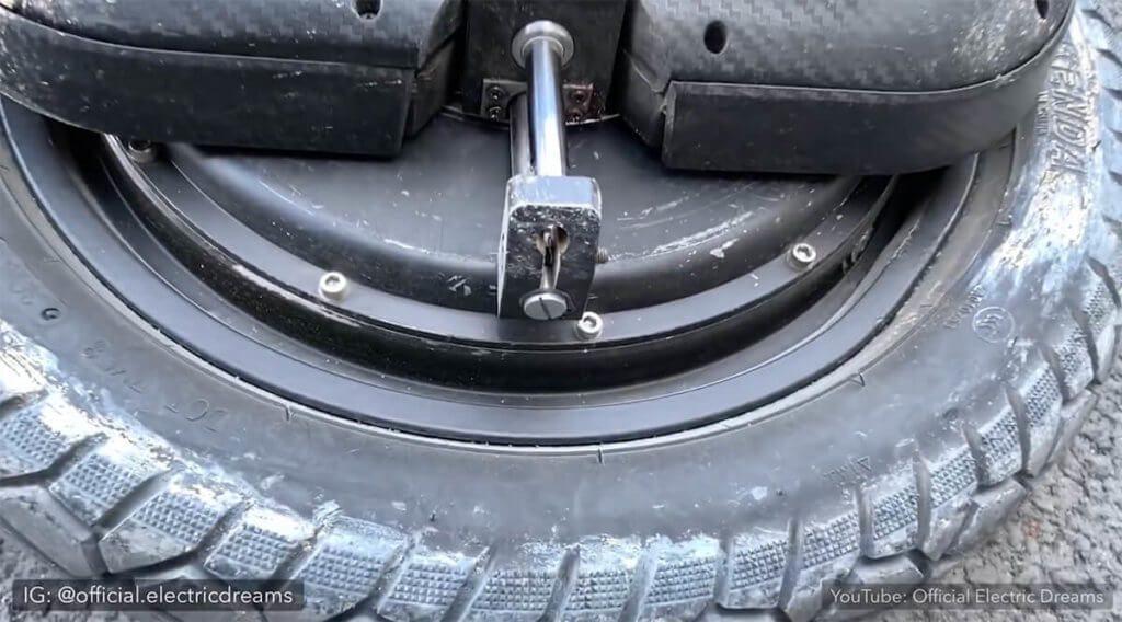 Der dicke Reifen und die Federung sorgen dafür, dass das GotWay EX sich auf schnellen Strassen genauso wohl fühlt wie auf holprigen Pisten.