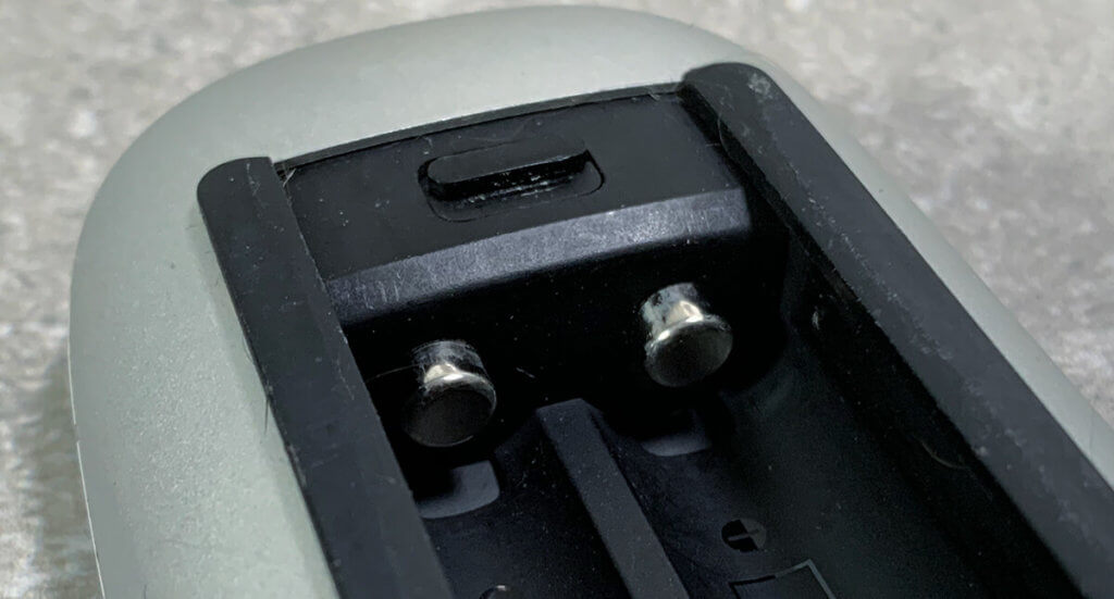 Wenn die Federn die Batterien nicht mehr richtig zusammendrücken, verlieren die Batterien die Verbindung. Kleine Plättchen aus Alufolie helfen hier.