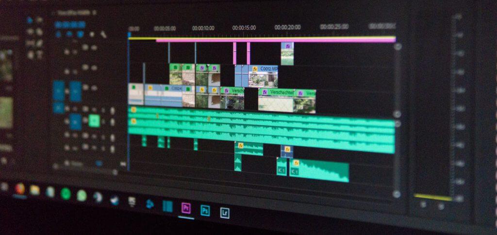 Ihr habt eine App zur Videobearbeitung wie After Effects oder Premiere auf dem Computer? Dann ladet das Video herunter, schneidet es auf einen Frame zu und speichert diesen dann als Bild ab.