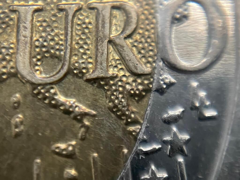 Diese Aufnahme der Euro-Schriftzuges auf dem 2-Euro-Stück wurde mit der 20-fach Linse geknipst.