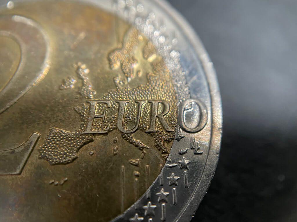 Hier sieht man das 2-Euro-Stück – fotografiert mit der 5-fach Linse von LilScope. Da ich schräg fotografiert habe, wird die Aufnahme nach hinten hin unscharf.