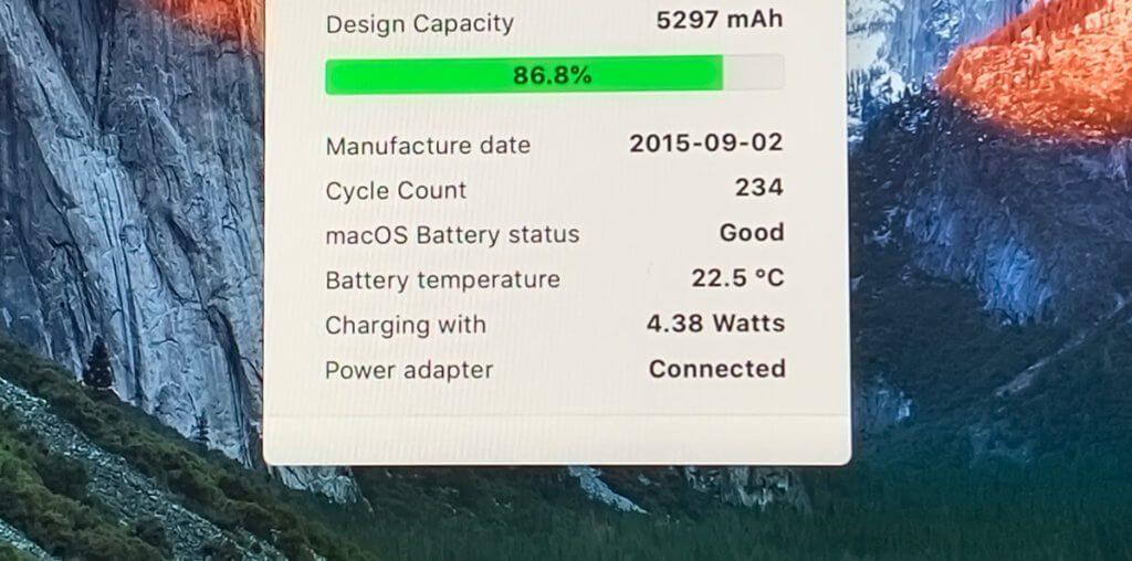 Die App CoconutBattery weist aus, dass der Akku des MacBook mit ca. 4 Watt geladen wird.