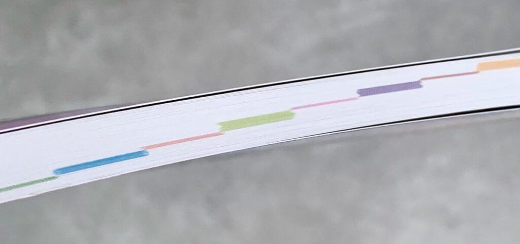Die Farbmarkierungen auf dem Buchschnitt helfen beim schnellen Finden des passenden Kapitels.