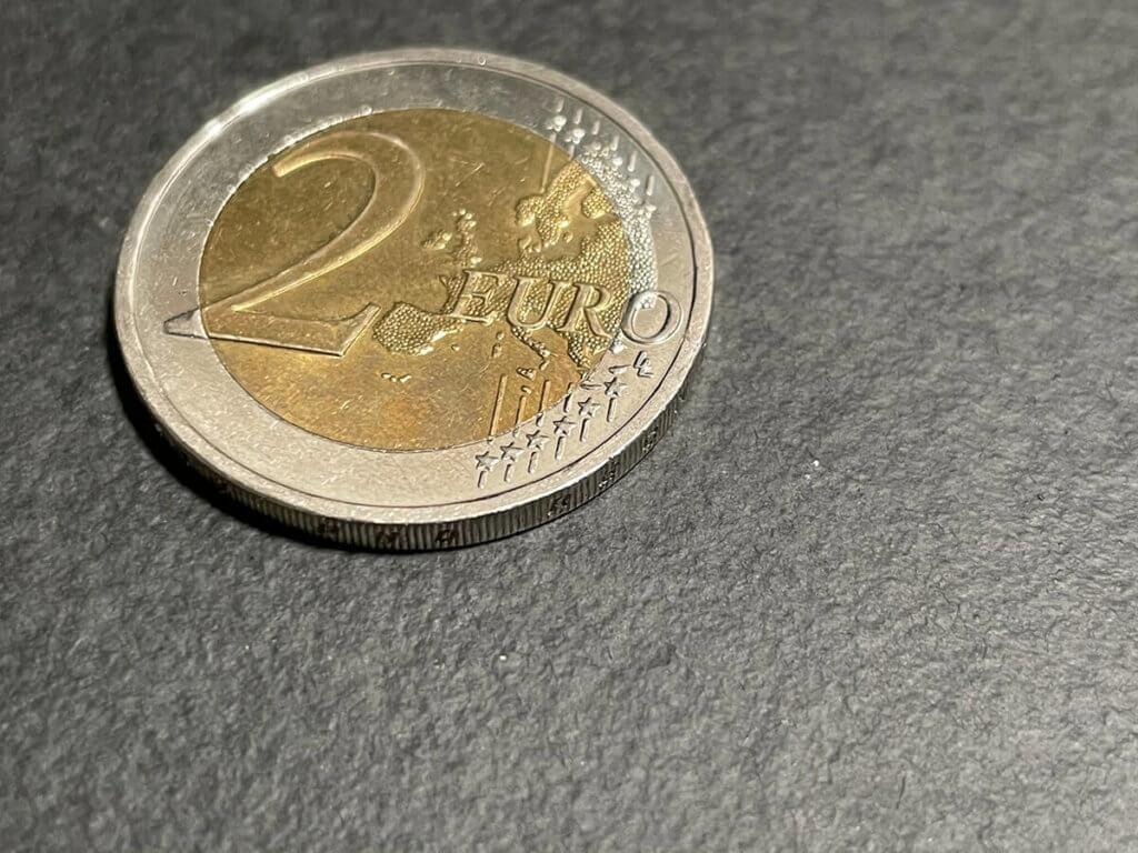 Das ist die maximale Größe des 2-Euro-Stücks, wie ich es mit dem iPhone 12 Pro ohne irgendwelche Zusatzlinsen aufnehmen kann. Gehe ich näher ran, kann das iPhne es nicht mehr scharf stellen (Fotos: Sir Apfelot).