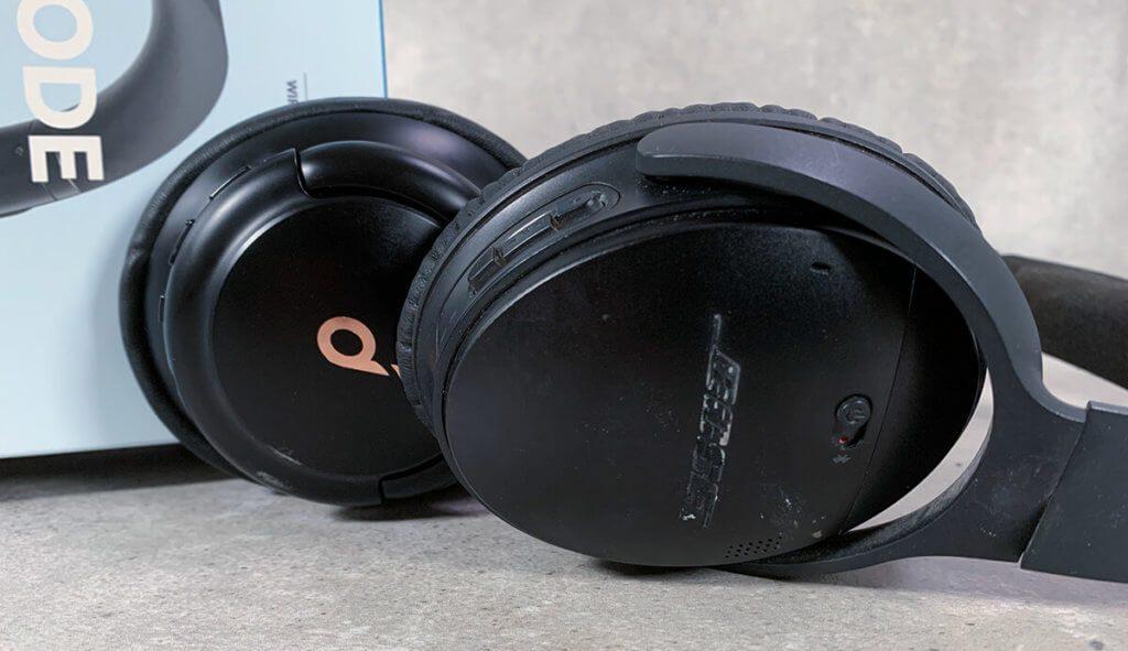 Im Vordergrund liegt der Bose QC35 (ja, er hat schon einiges mitgemacht… von Renovierungen bis zum Rasenmähen ist er immer dabei!) und dahinter liegt der Soundcore Q30. Beide sind ähnlich bequem und haben ähnliche Bedienelemente (Fotos: Sir Apfelot).