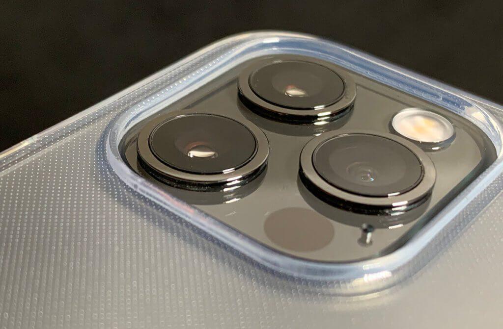 Sehr praktisch finde ich die Erhöhung im Case, die das Kamera-Element des iPhone 12 schützt, wenn man das iPhone mit dem Rücken nach unten ablegt.